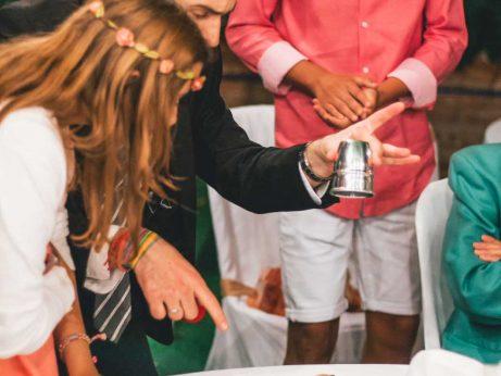 Olivier mago de boda haciendo magia para niños